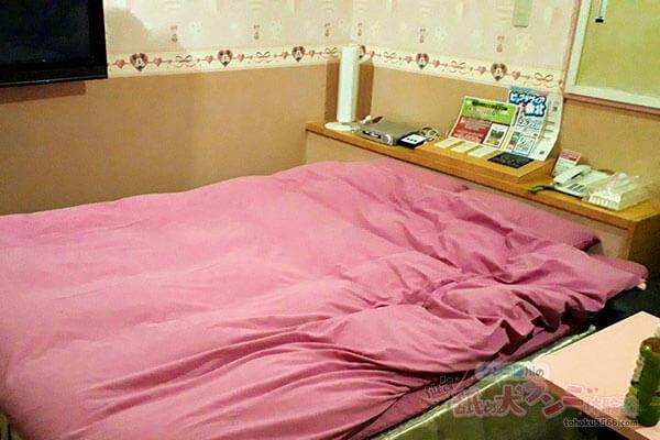 舐め犬がクンニ前のベッド